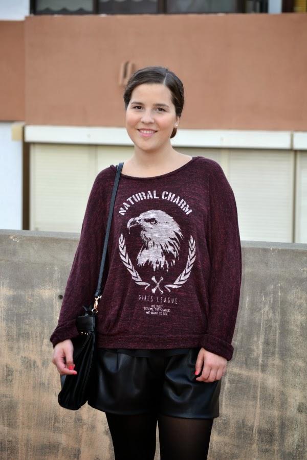 look_outfit_burdeos_negro_short_polipiel_zara_botines_stradivarius_jersey_aguila_nudelolablog_02