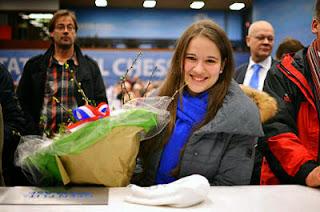 Échecs : Alina Kashlinskaya a reçu un bouquet de fleurs de son petit ami Radek Wojtaszek - Photo © ChessBase