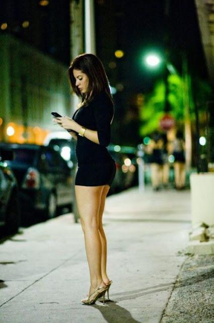 بنات بفساتين قصيرة و ضيقة