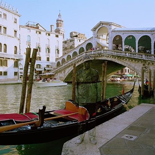 24-Venice-Gondola-Liu-Bolin-Find-The-Painted-Invisible-Man-www-designstack-co
