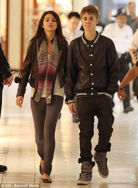 Selena Gomez And Taylor Lautner Kissing. selena gomez taylor lautner