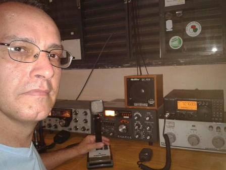 PY2LFI Agnaldo em sua estação com o IC-718