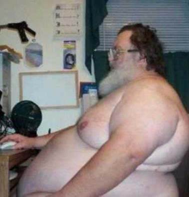 Smešne slike: debeo čovek sedi iza PC-a