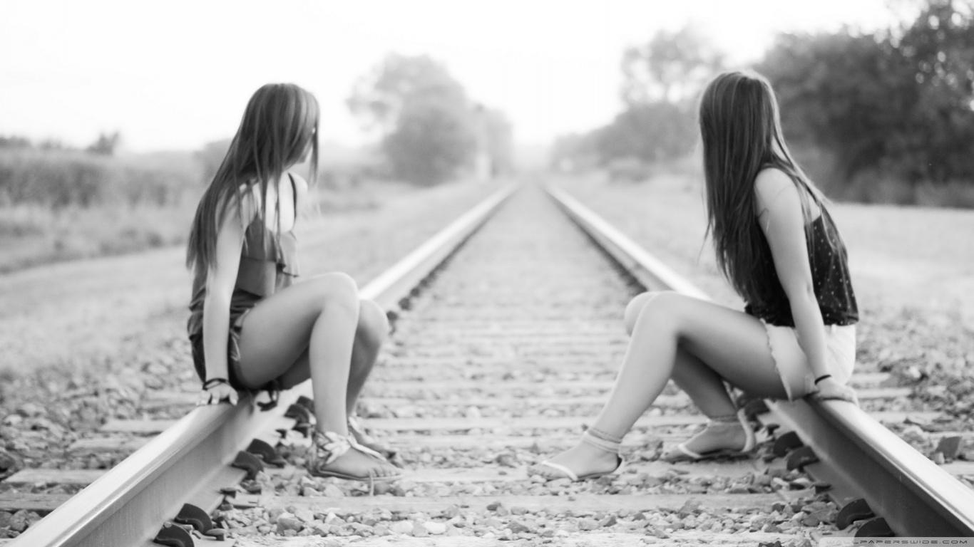 Fondos de pantallas de chicas en la vias de un tren