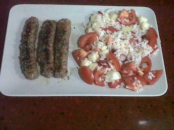 Plato Combinado: Ensalada arroz butifarra verduras.