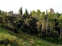 El Castell de Montbui i l'església de Santa Maria de la Tossa des de l'àrea d'esbarjo de La Tossa