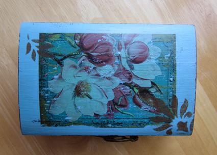 Caja decorada con decapado, transferencia  y estarcido