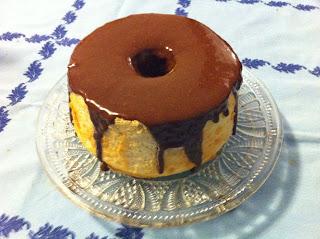 CAKE CON GANACHE DE CHOCOLATE CON LECHE Y VIOLETA