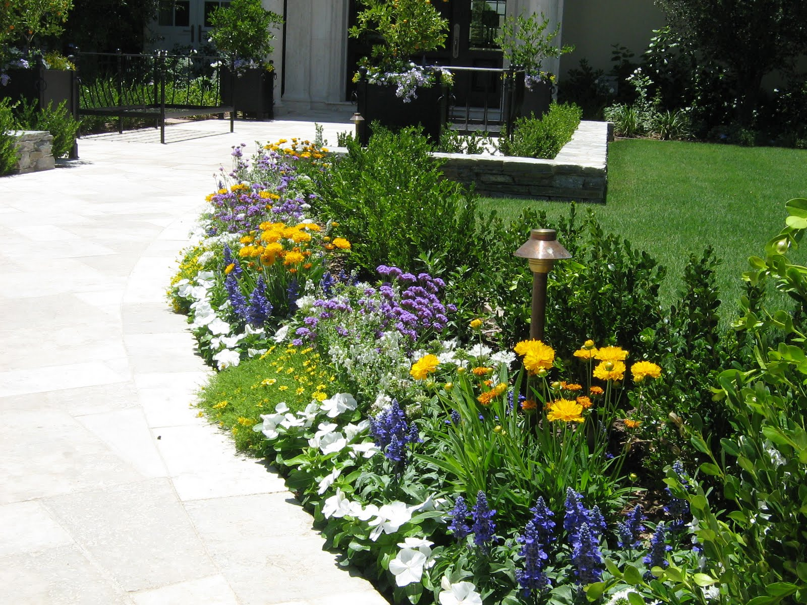 Parry design flower beds and pots for Simple flower garden