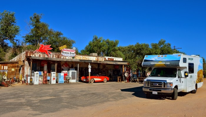 Cruise America C25 vogn foran the Hackberry General Store på Route 66 i Arizona.