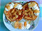 Amerikai palacsinta fahéjas almával, tejszínhabbal tálalva, dupla adagba belefér még lekváros, mogyorókrémes, mézes, juharszirupos palacsinta is.