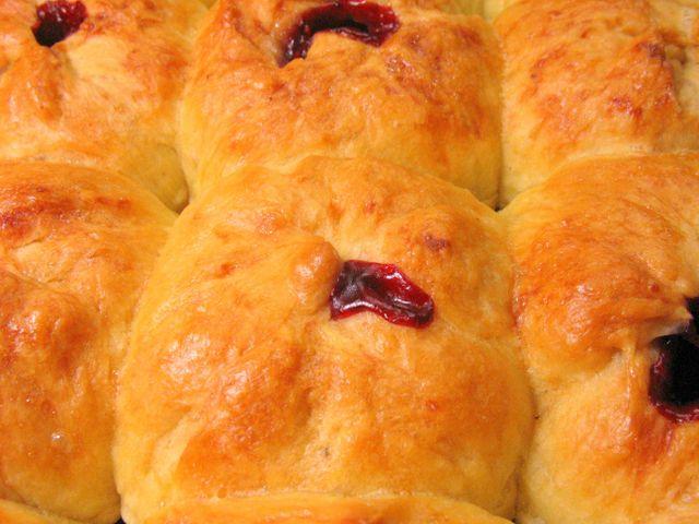 Дрожжевые булочки с вишней