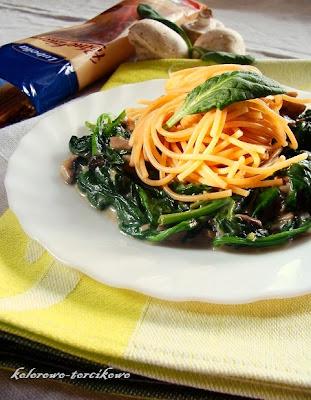 Spaghetti pełnoziarniste na szpinaku