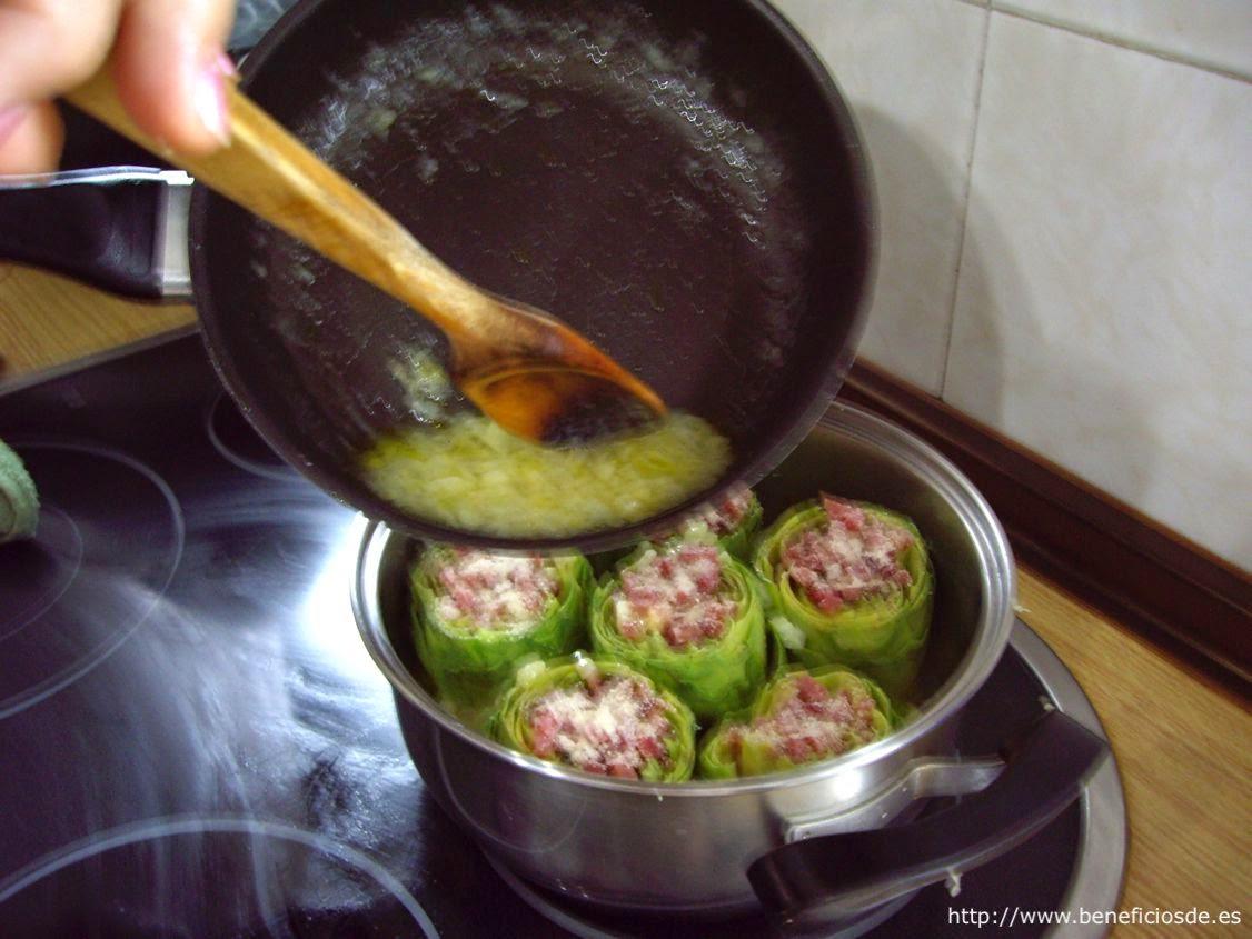 volcando la salsa en la cacerola de las alcachofas