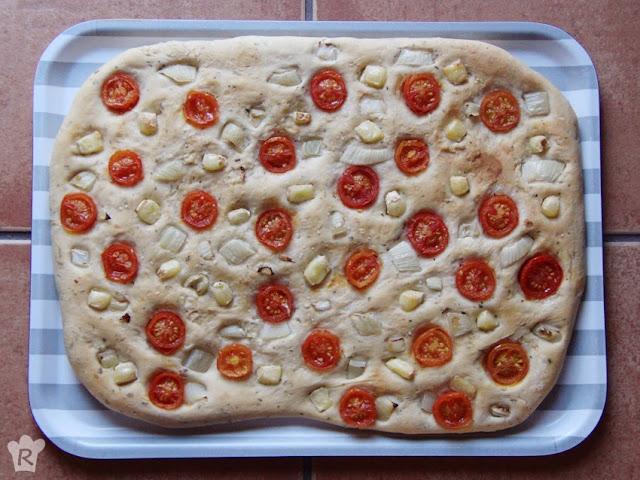 focaccia de tomates cherry, cebolla y queso brie