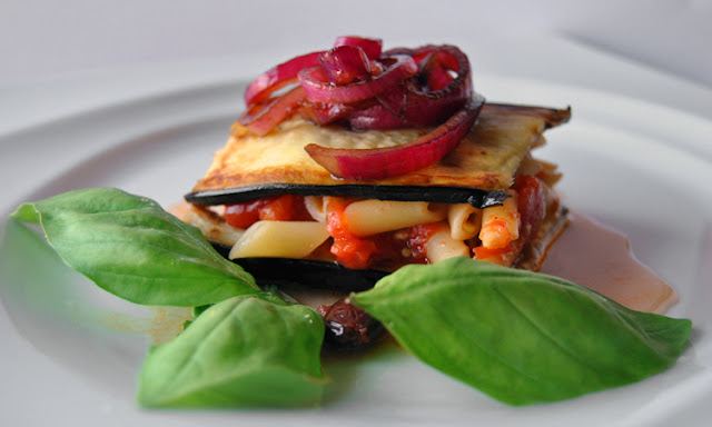 sandwich di melanzane e pennette piccanti con cipolla caramellata