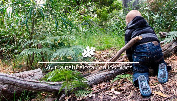 Vivir la naturaleza con los niños. Bebé gateando por el bosque