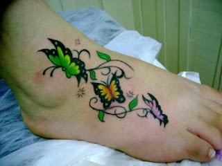 Tattoo borboletas colorido no pé