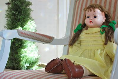 Muonamihen mökki - 50-luvun nukke ja kustavilainen keinutuoli