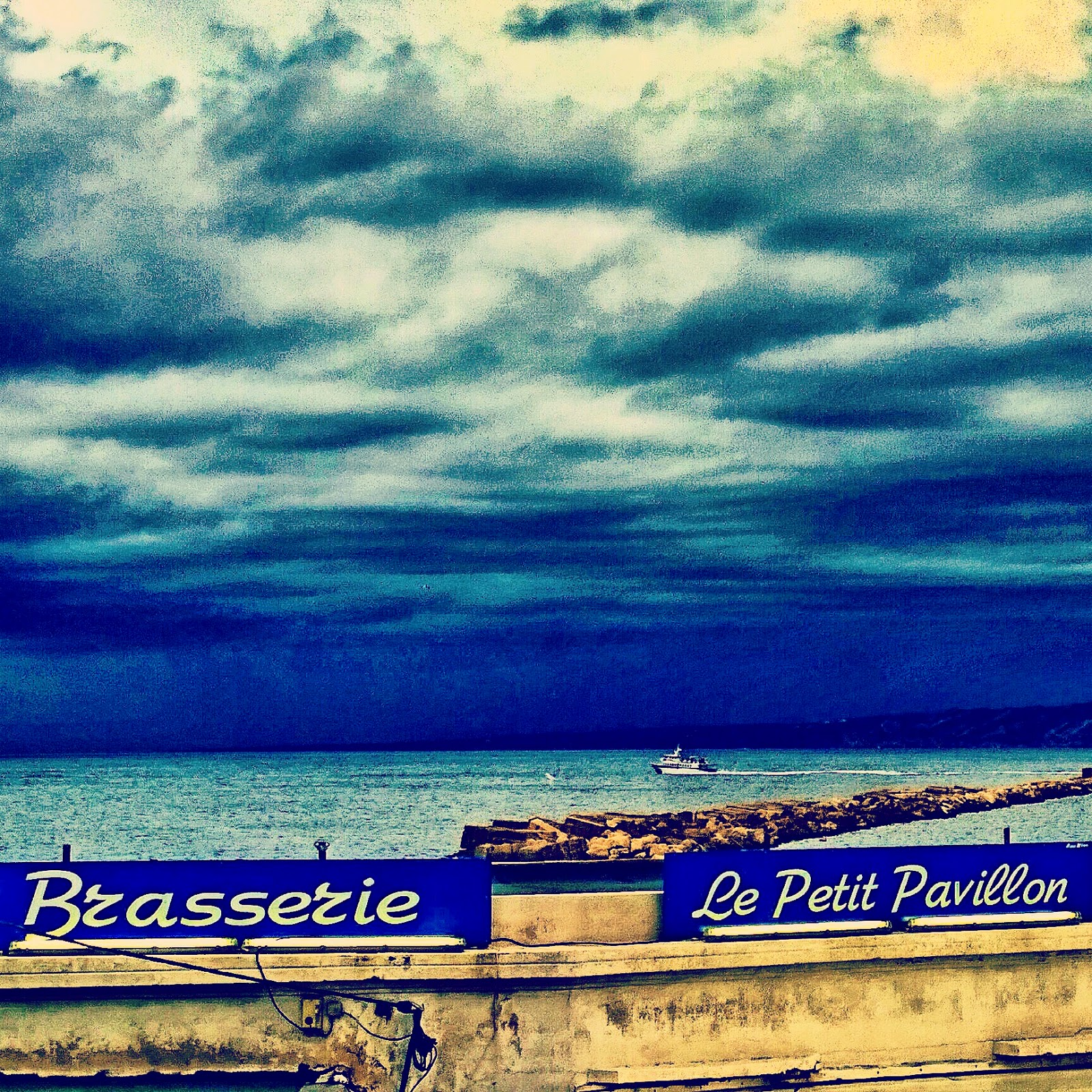 Instagramailly vue sur le petit pavillon et la mer par temps orageux - Le petit pavillon marseille ...