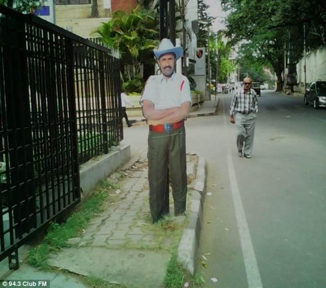 patung polis di tepi jalan