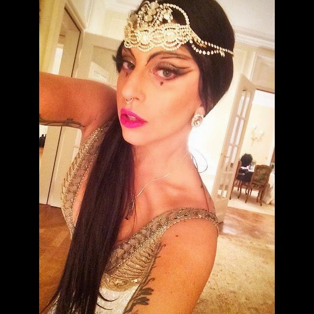 Lady Gaga esta con disfraz