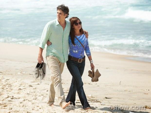 Cadu e Clara passeio de mãos dadas na praia. Será que o casal está disposto a um recomeço?