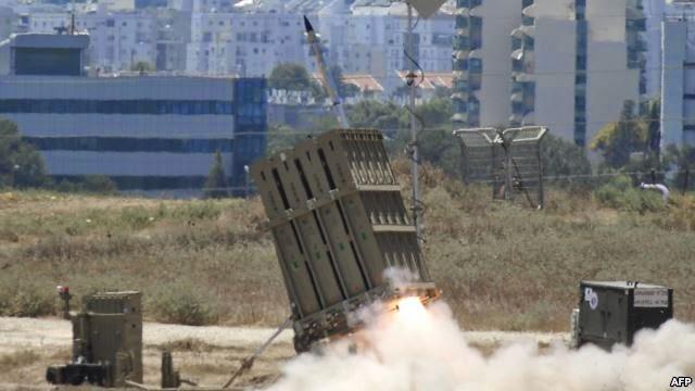 "Rudal yang diluncurkan baterai ""Iron Dome"", sistem pertahanan rudal jarak pendek milik Israel."