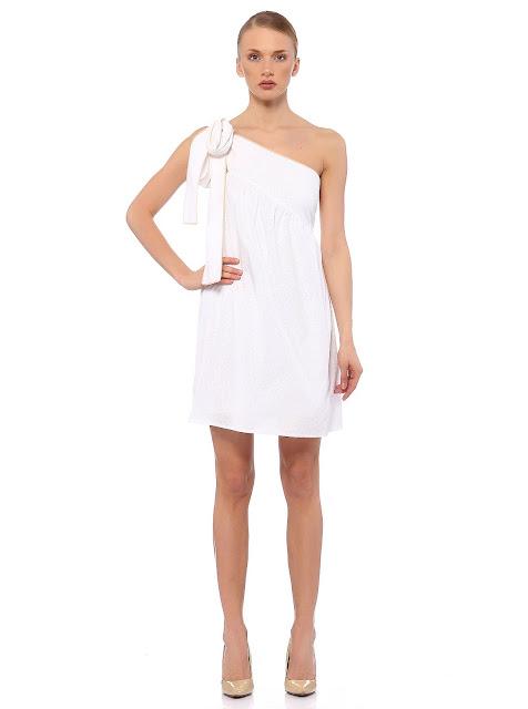 tek omuzlu beyaz volanlı kısa elbise