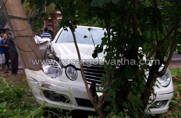 Mercedes Benz Car, Accident, Injured, Auto, Driver, Kasaragod, Hospital, Kerala, Overtake