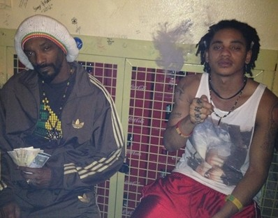 Photo:Snoop Dogg smoking weed with his son,defend s his