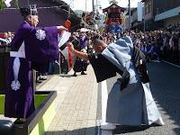 旅籠町でくじ改めの儀式、市長が奉行役に扮し、くじの順番どおりに山鉾が来たことを確認する