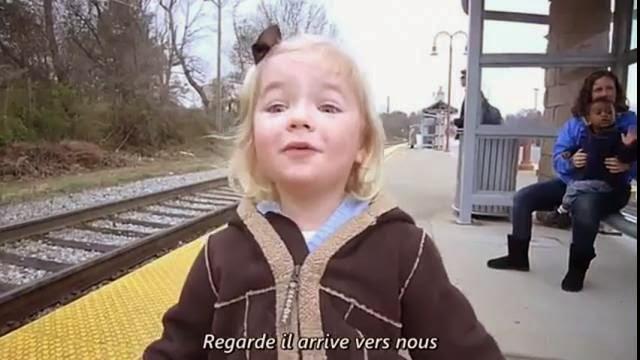 La vidéo la plus adorable qui existe : Cette fillette voit le train pour la première fois