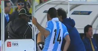 Mascherano exclu après un coup de pied sur un brancardier (vidéo)