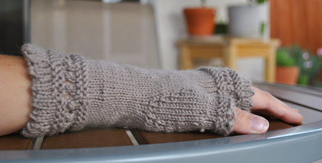 susie rogers reading mitts knitting side view