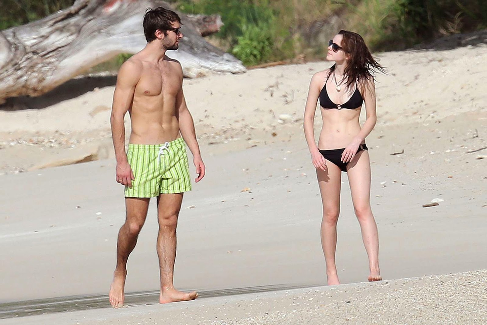 The original photo of Emma Watson goes with the adulation of heart, Matt Janney. This photo was taken on the beach. their leisure time while dating.