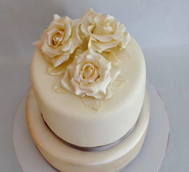Tarta Bodas De Plata con Rosas blancas y hojas blancas Elegante Fondant Flores Efecto Perlado Sugar Dreams Gandia Oliva Les Dos Llunes dos Pisos