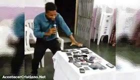 Pastor ora por celulares para que sólo reciban noticias buenas