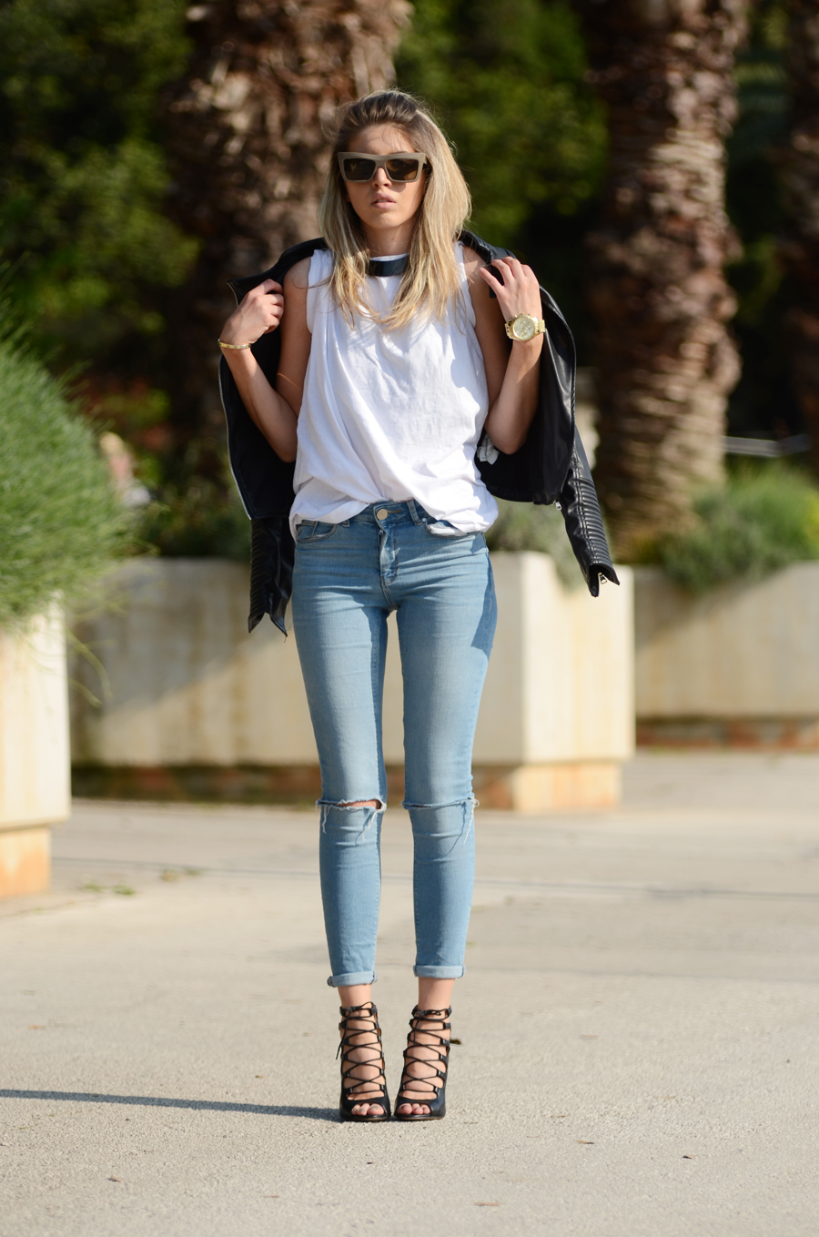TNT Casual skinny jeans and white tee random problems walking in high heels and my tips