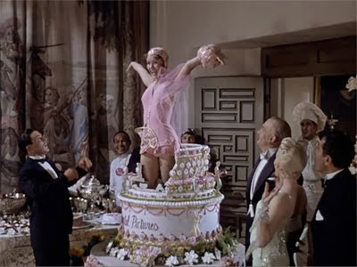http://2.bp.blogspot.com/-LUL_VMPNZts/TwtRw5OpROI/AAAAAAAAAzM/VZS-co4ajl4/s400/003-Singin-in-the-Rain-1952-Kathy-Jumps-out-of-the-Cake.jpg