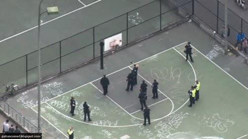 Video Lari Dari Polis Lelaki Ini Sangkut di Ring Basket ball