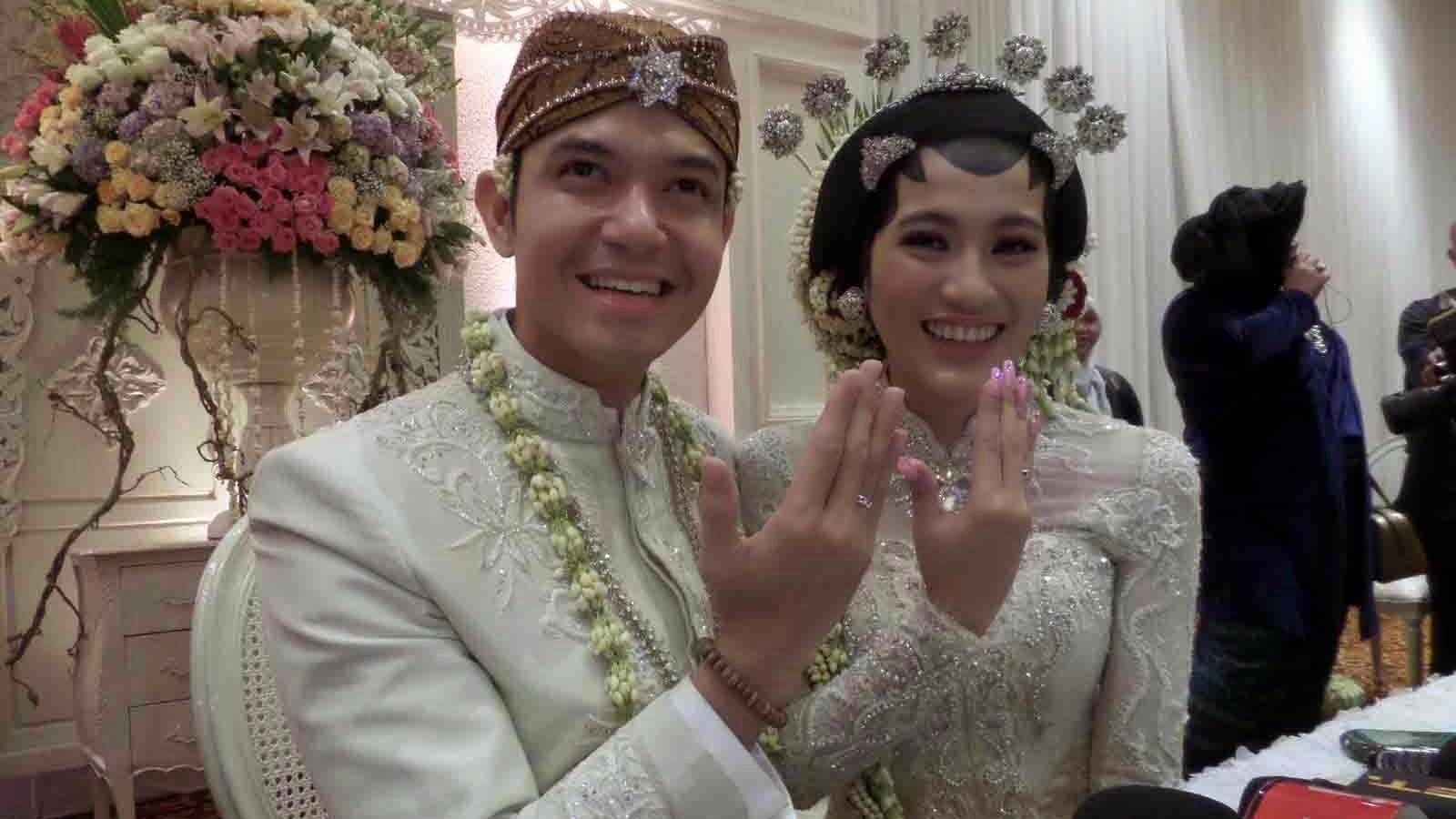 Foto Dude Harlino-Alyssa Resmi Menikah