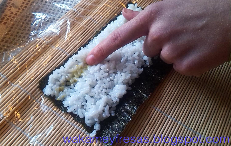 poniendo wasaki en el sushi