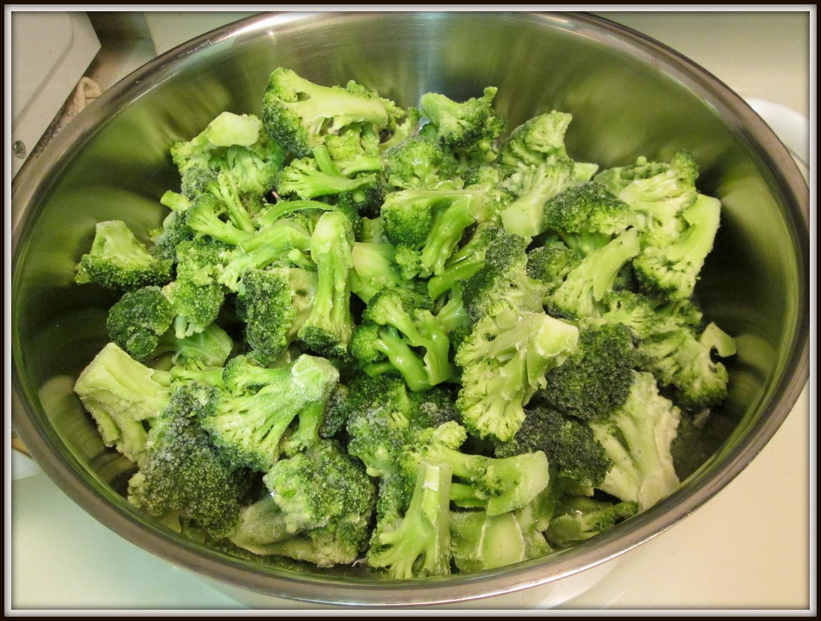 a girl eats world: Spaghetti with Broccoli Cream Pesto