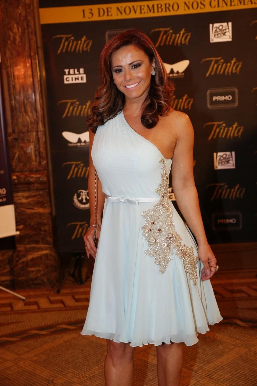 Viviane Araújo compareceu ao Theatro Municipal do Rio de Janeiro para prestigiar a estreia do filme Trinta