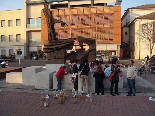 Costruire girandole sul basamento del monumento a Matteotti durante Girandoliamo Rovigo