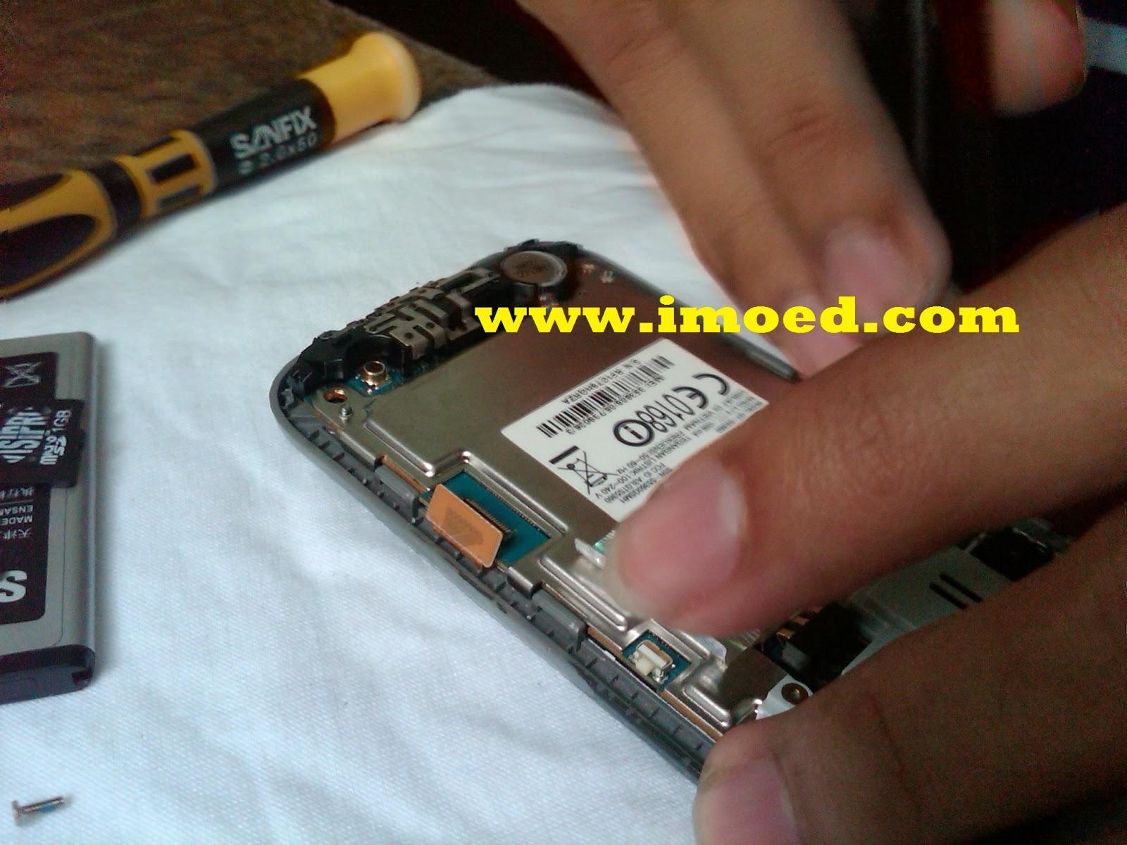 angkat rangkaian PCB untuk memisahkan PCB dengan casing bagian depan