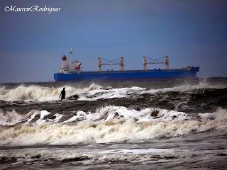 Navio Saindo da barra em praia do cassino