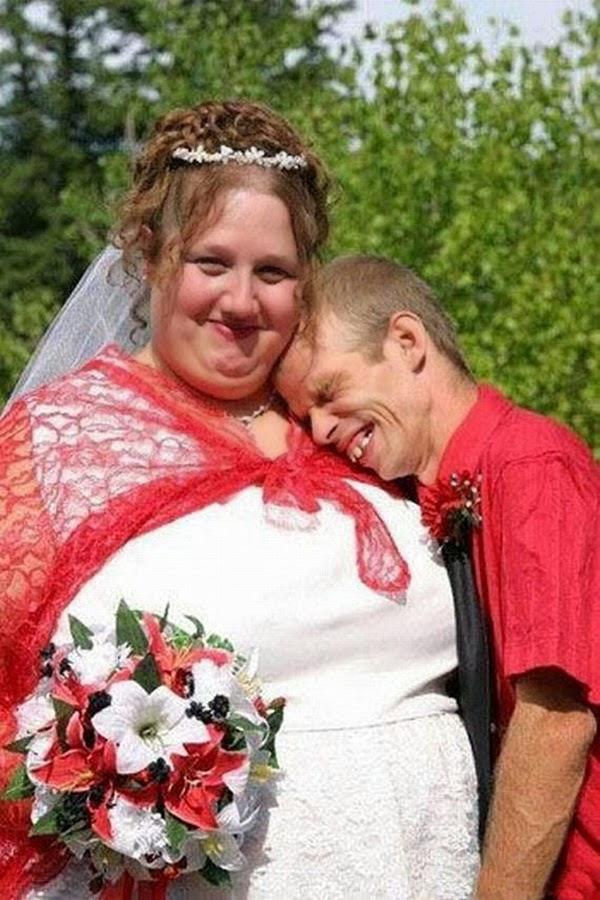 أطرف صور العروسين في حفلات الزفاف  Funny-wedding-photos-11