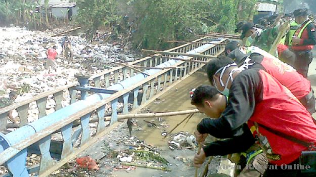 Polri, TNI, dan Warga Gotong Royong Bersihkan Sungai Cikapundung